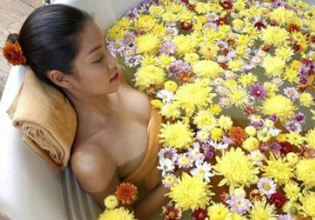Làm đẹp từ thiên nhiên với hoa cúc