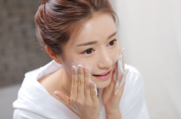 Cách rửa sữa rửa mặt trị mụn đầu đen Clear Pore Cleanser